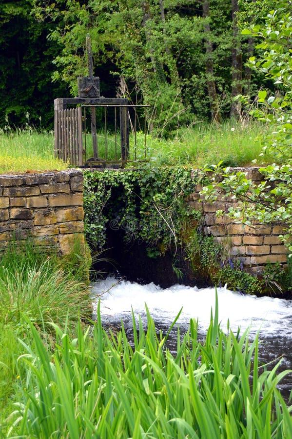 Малый замок на малом ручейке стоковая фотография rf