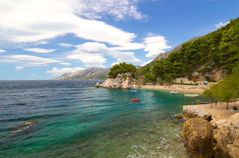 Малый интимный скалистый пляж и красивое голубое море стоковые изображения