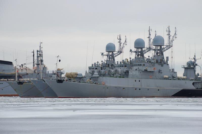 Малый корабль прибалтийского военно-морского флота на парке зимы, пасмурный день анти--подводной лодки 3 в январе святой petersbu стоковые фото