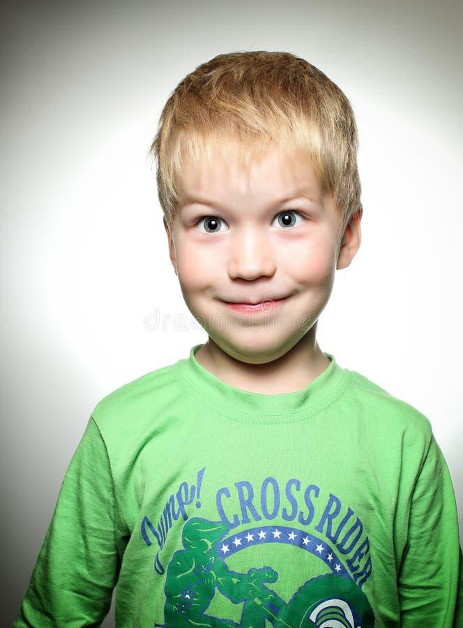 Малый мальчик при зеленая рубашка smilling стоковое изображение rf