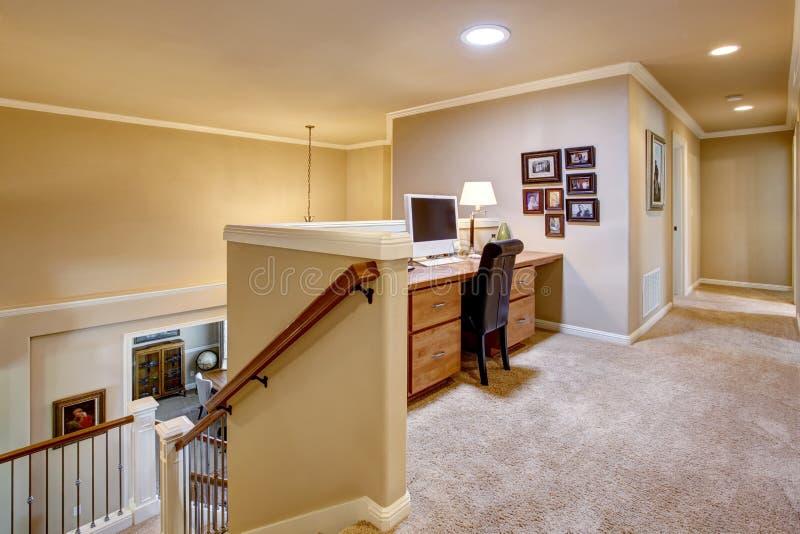 Малый домашний офис в прихожей с полом ковра стоковое изображение rf
