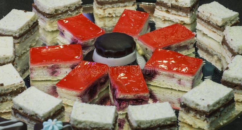 Малый дом сделал сладостные красочные торты стоковое фото