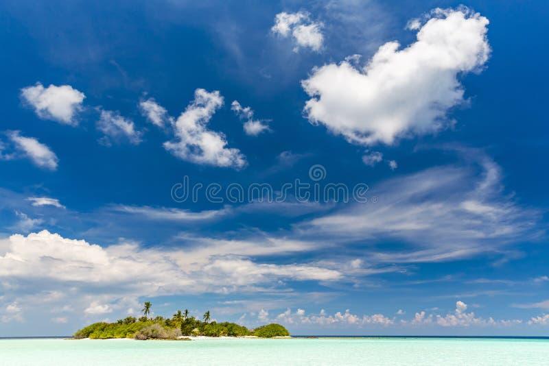 Малый остров в океане на Мальдивах стоковые фото