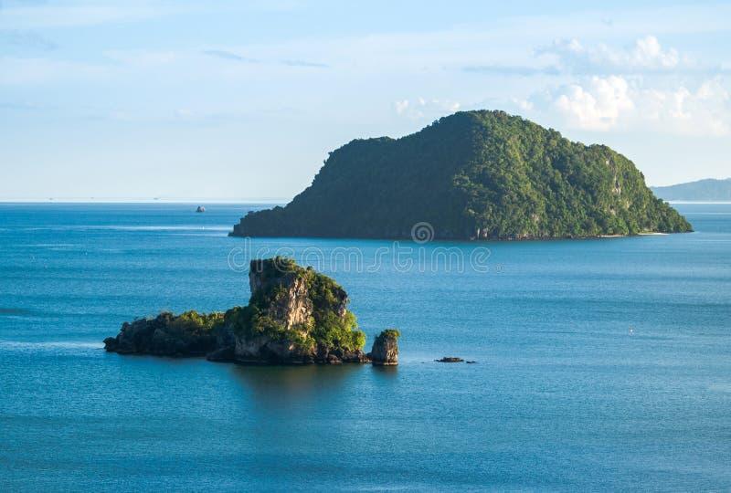 Малый остров утеса и голубой океан стоковая фотография rf