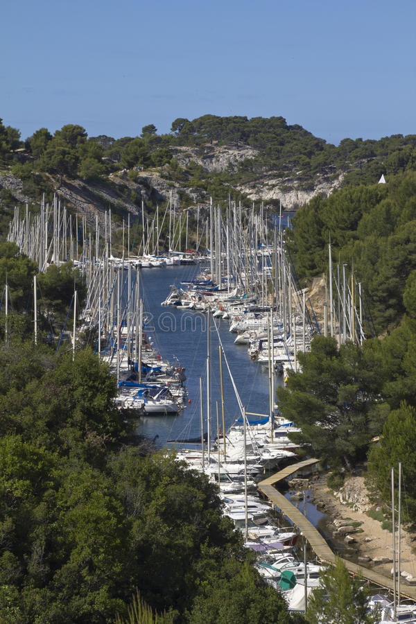 Малый порт с шлюпками в районе Calanques, Францией стоковое изображение rf