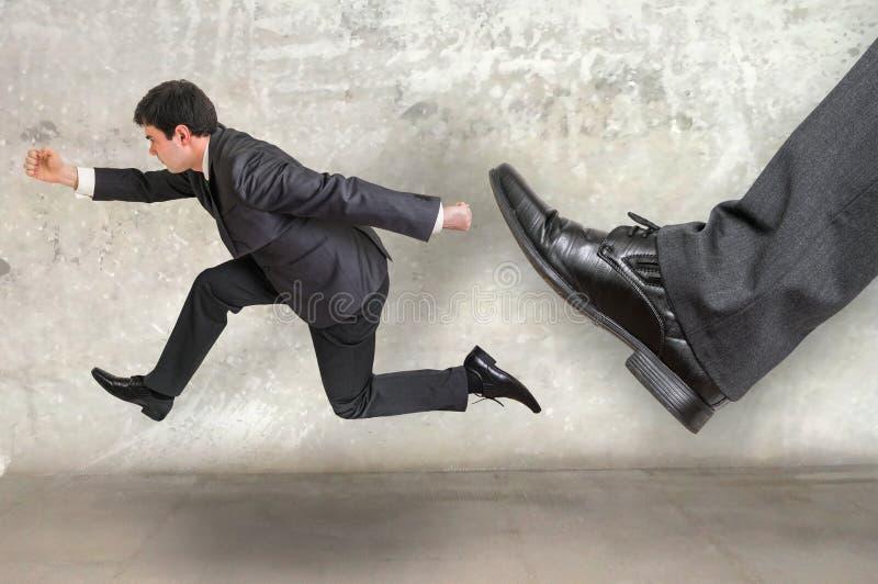 Малый предприниматель бежать далеко от давления босса стоковые изображения rf