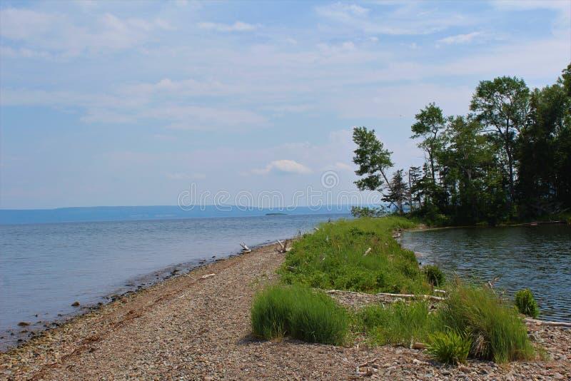 Малый пруд на острове Baddeck на ` бюстгальтеров d или озерах на острове бретонца накидки стоковая фотография