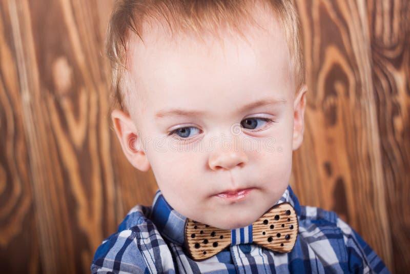 Малый ребенок в рубашке шотландки с бабочкой стоковая фотография rf