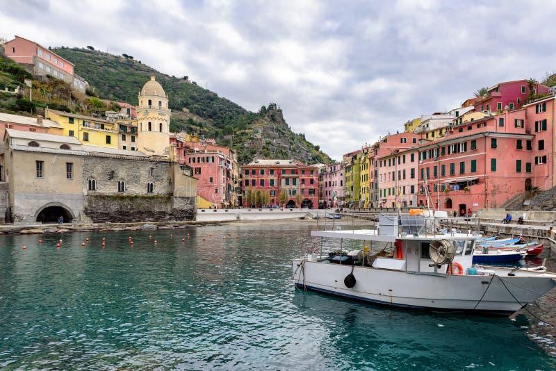 Малый рыбный порт городка Vernazza на национальном парке Cinque Terre в Лигурии, Италии стоковая фотография rf