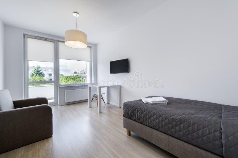 Малый, современный дизайн интерьера спать комнаты стоковое фото rf