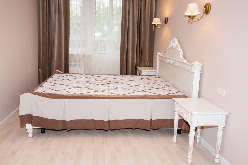 Малый современный интерьер спальни Пастельные цвета, дизайн интерьера стоковые изображения