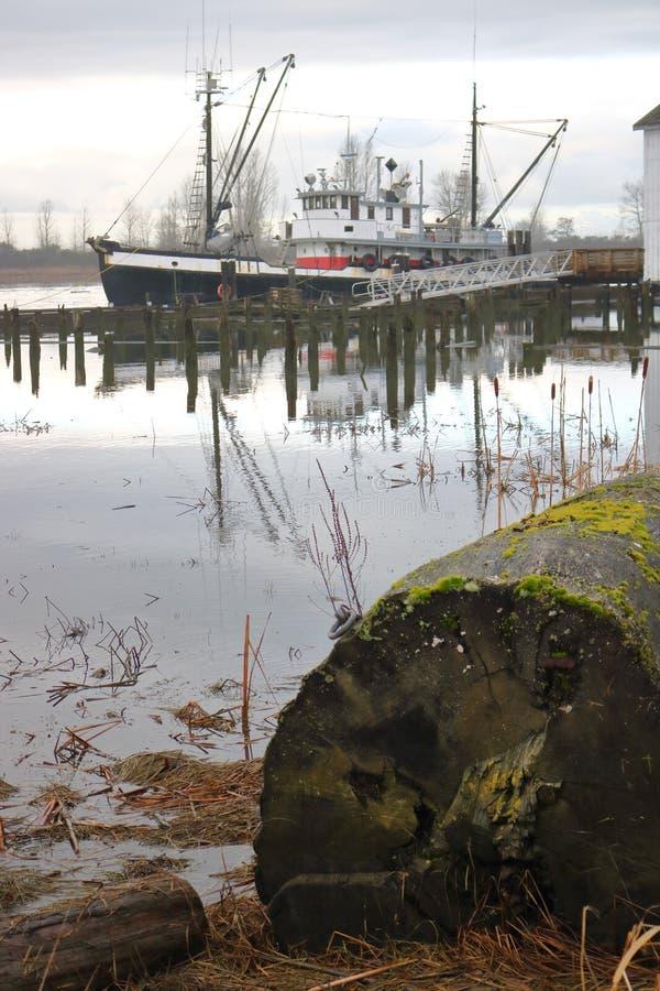 Малый траулер рыбной ловли стоковые фотографии rf