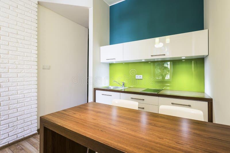 Малый уютный интерьер кухни стоковая фотография rf
