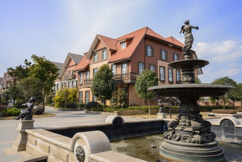 Малый фонтан в экзотическом европейском городке стиля на солнечном noo зимы стоковые изображения rf