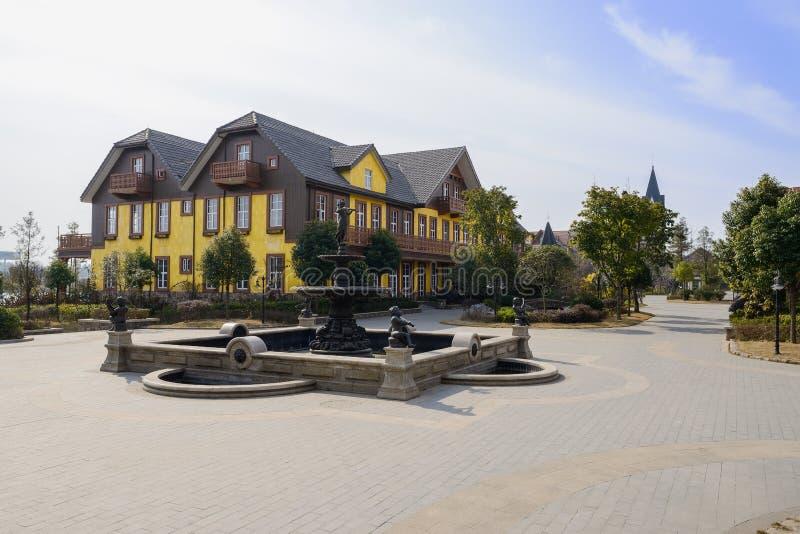 Малый фонтан на квадрате экзотического европейского городка стиля на солнечном стоковое фото
