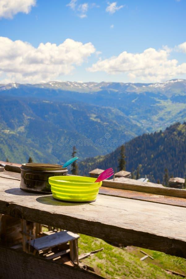 Малый чайник и зеленая плита на веранде укрытия стоковое фото