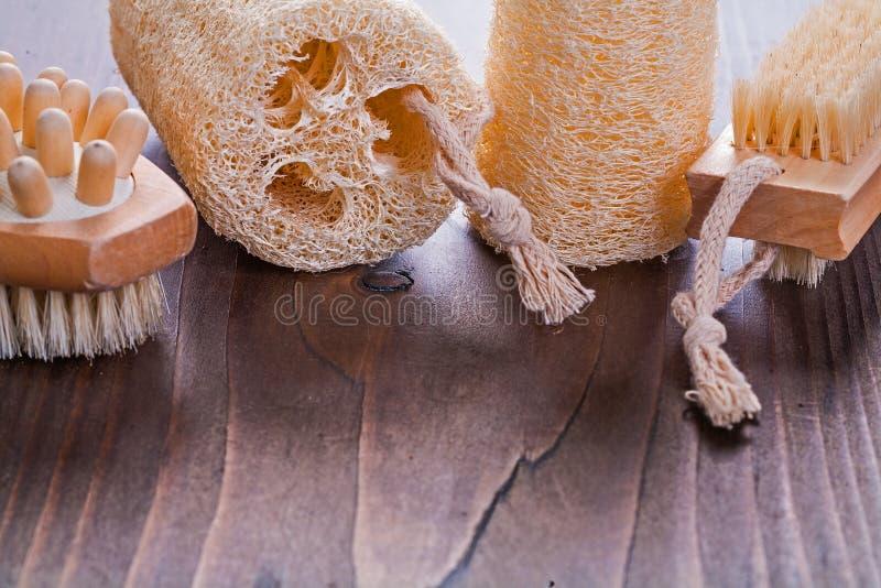 Малый scrubbing комплект на винтажной деревянной доске стоковое изображение
