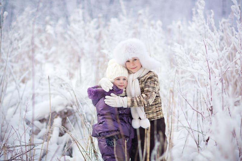 Малыши в зиме стоковое изображение
