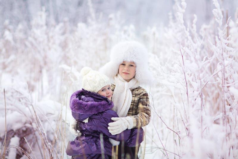 Малыши в зиме стоковое фото rf