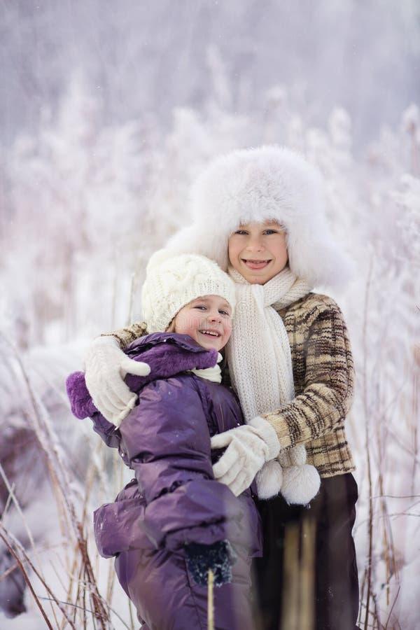 Малыши в зиме стоковые изображения