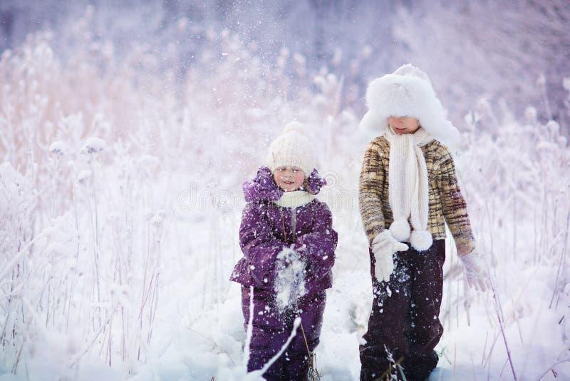 Малыши в зиме стоковое изображение rf