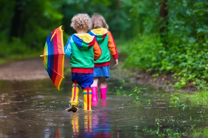 малыши играя дождь стоковые фотографии rf