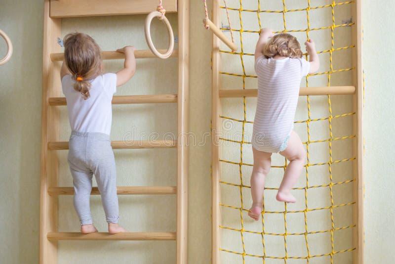 Малыши младенца взбираясь вверх лестницы стоковые изображения rf