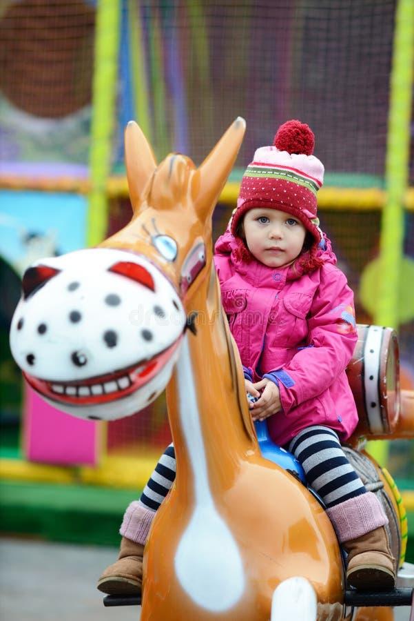 Малыш в тематическом парке стоковые фото
