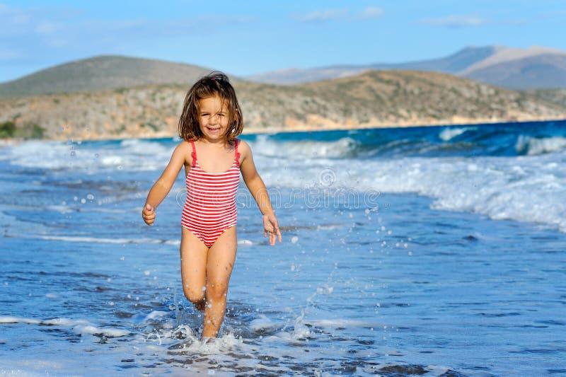 малыш девушки пляжа стоковое фото