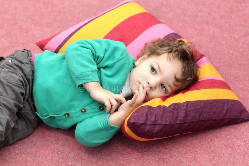 Малыш лежит на ковре стоковая фотография