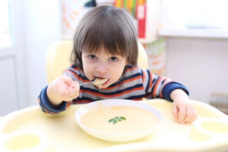 Малыш есть vegetable cream суп стоковое фото