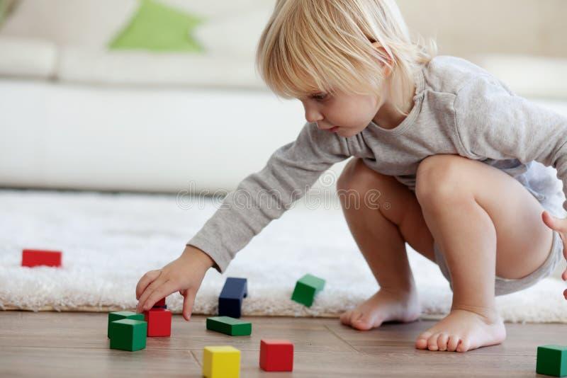Малыш играя с деревянными блоками стоковое изображение rf