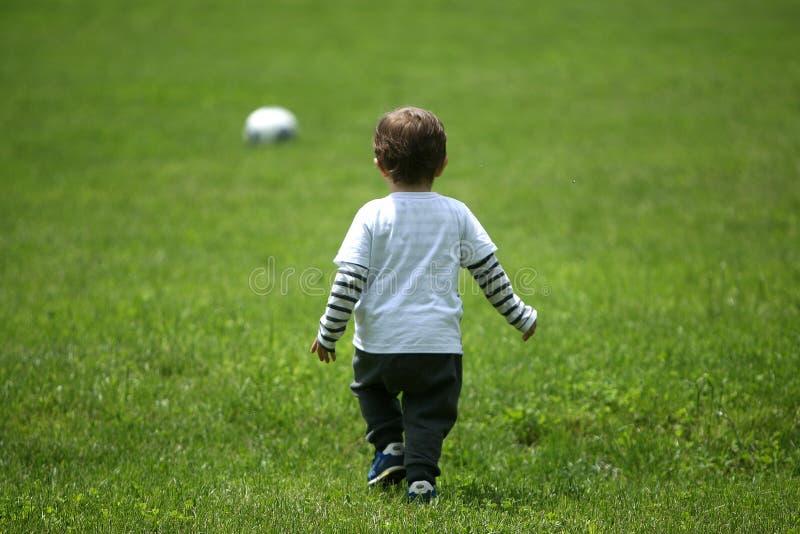 Малыш играя футбол стоковая фотография rf