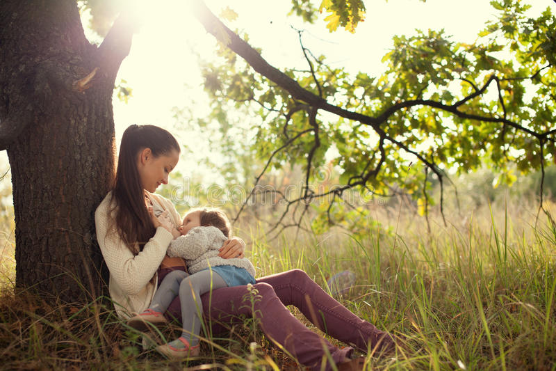 Малыш матери подавая outdoors стоковые фотографии rf