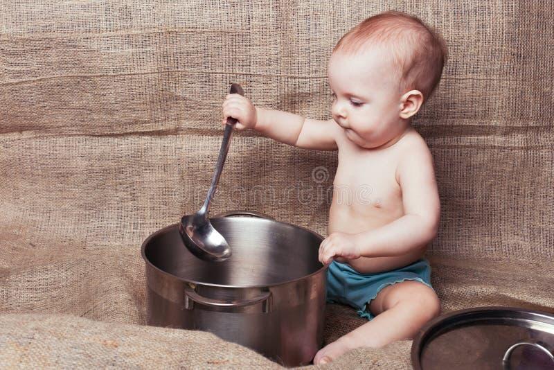 Малыш с лотком и ковшом стоковое изображение rf
