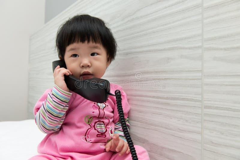 малыш телефона говоря стоковое изображение rf