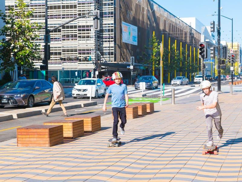 2 мальчика skateboarding в Санта-Моника стоковые фотографии rf