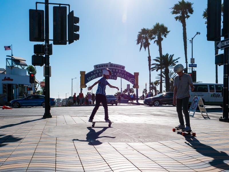 2 мальчика skateboarding в Санта-Моника стоковая фотография