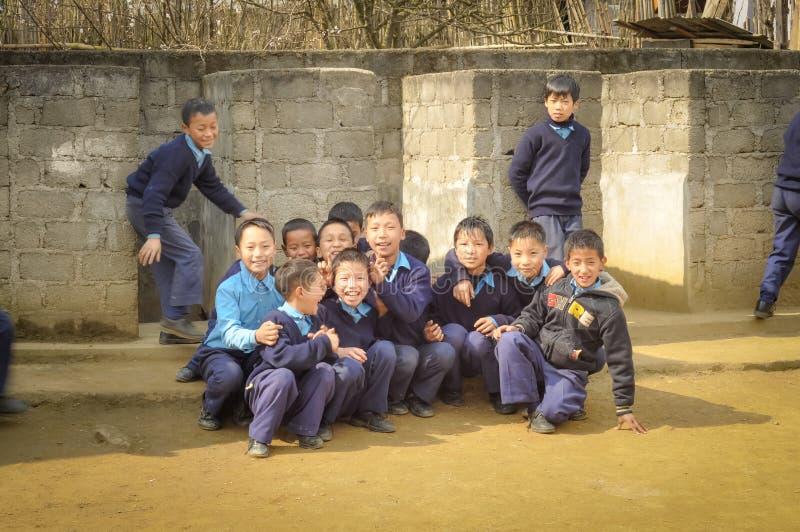 Мальчики в школьных формах в Arunachal Pradesh стоковые фотографии rf