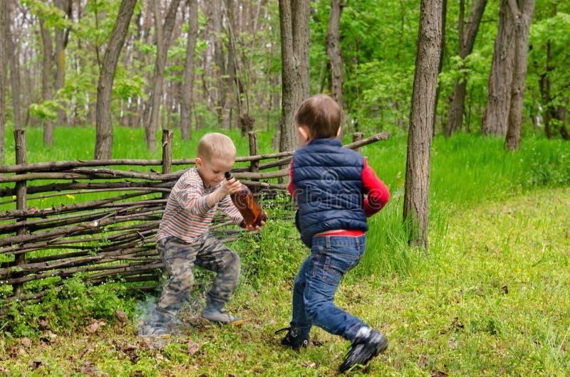 мальчики играя 2 детенышей стоковые фото