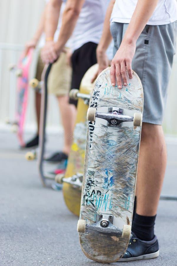 Мальчики skateboarding на улице жизнь урбанская стоковая фотография