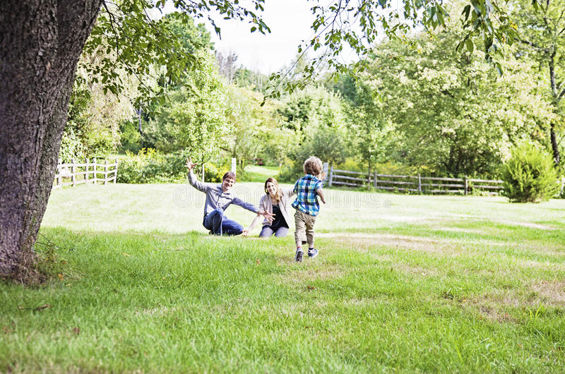 Мальчик бежать к родителям стоковое фото rf