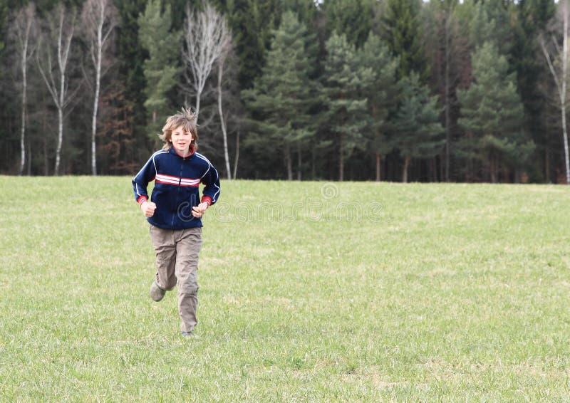 Мальчик бежать на луге стоковые фотографии rf