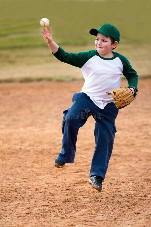 Мальчик бросает бейсбол стоковые фото