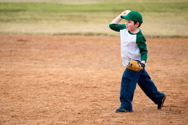 Мальчик бросает бейсбол стоковое изображение rf