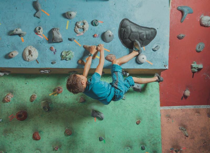 Мальчик взбираясь в спортзале стоковое фото rf