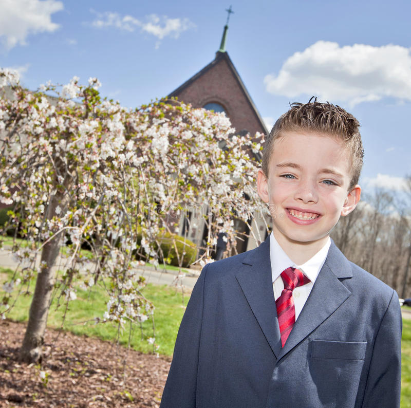 Мальчик вне церков стоковая фотография rf