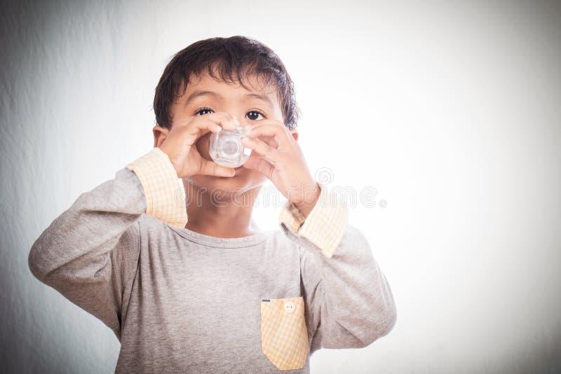 мальчик выпивая меньшее молоко стоковое изображение rf