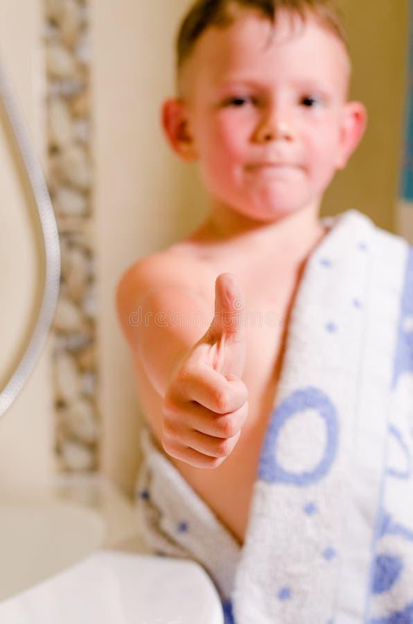 Мальчик в давать ванной комнаты большие пальцы руки вверх стоковые изображения rf