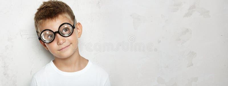 Мальчик в белой рубашке удивил что он увидел конкретно стоковая фотография rf